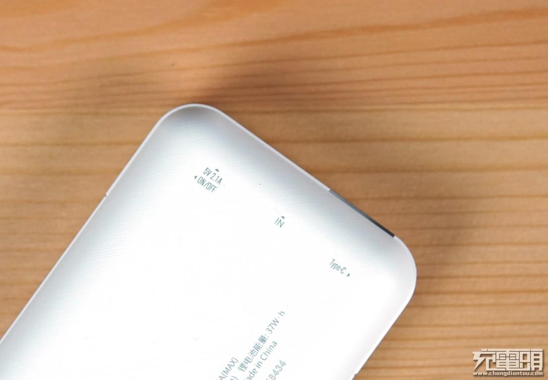Type-C输入带高清数显屏  台电D10移动电源评测-充电头网