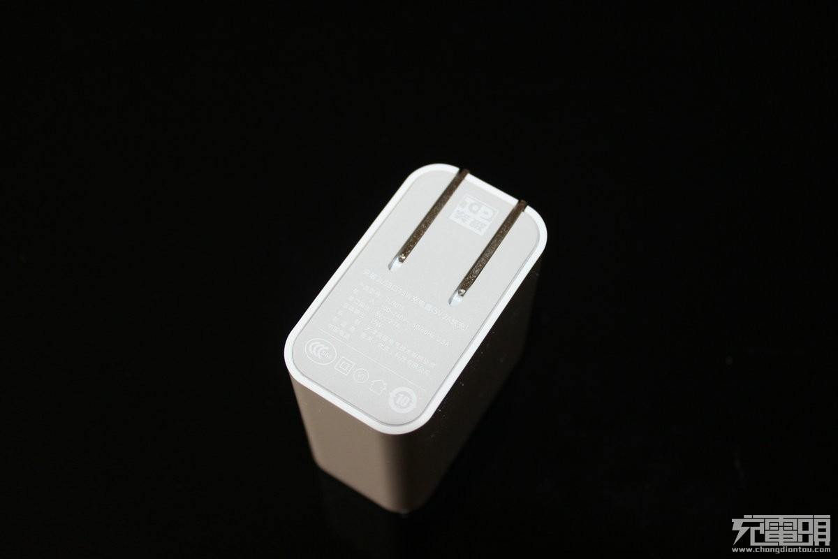体积小巧方便携带 突破(top)3usb口充电器拆解