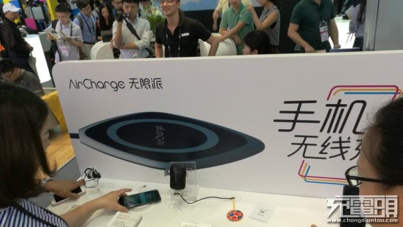 南孚新一代黑胶无线充CES惊艳首发:具备逆向导热技术,手机充电不发烫-充电头网